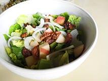 Зеленые цвета с яблоком, грецкие орехи салата Стоковые Изображения RF