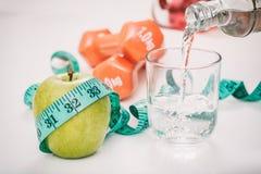 Зеленые яблоко, вода и гантели Стоковое Изображение RF