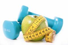 Зеленые яблоко и метр стоковое фото