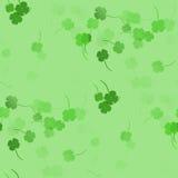 Зеленые shamrocks - безшовная картина Стоковое Изображение