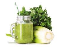 Зеленые smoothies в стеклянном опарнике Стоковая Фотография