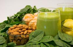 Зеленые Smoothies, здоровая и вкусная еда стоковое фото rf