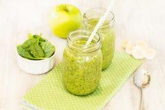 Зеленые Smoothies на поставленной точки салфетке с шпинатом и Яблоком и Bana Стоковое Изображение