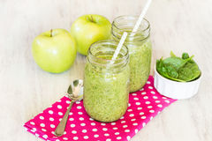 Зеленые Smoothies на розовой салфетке с яблоками Стоковые Изображения RF