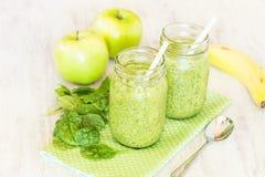 Зеленые Smoothies с шпинатом и яблоками и бананом Стоковые Изображения