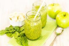 Зеленые Smoothies фрукта и овоща с яблоками и шпинатом Стоковые Фото
