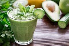 Зеленые vegetable smoothie и ингридиенты Стоковая Фотография