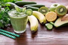 Зеленые vegetable smoothie и ингридиенты Стоковое фото RF