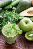 Зеленые vegetable smoothie и ингридиенты Стоковые Фото