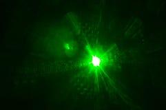 Зеленый лазерный луч накаляя в темноте в ночном клубе Стоковые Фотографии RF