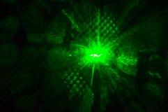 Зеленый лазерный луч накаляя в темноте в ночном клубе Стоковое фото RF