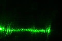 Зеленый лазерный луч накаляя в темноте в стене ночного клуба Стоковые Изображения