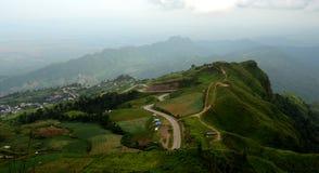 Зеленый ландшафт горы с предпосылкой тумана Стоковые Изображения RF