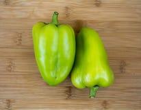 Зеленый болгарский перец 2 на деревянной предпосылке Стоковые Фотографии RF