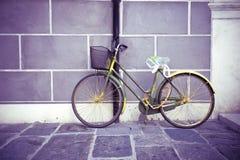 Зеленый велосипед против стены Стоковые Изображения RF