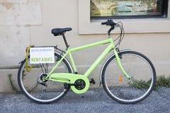 Зеленый велосипед для ренты Стоковая Фотография RF