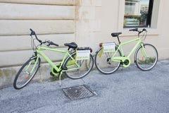 Зеленый велосипед для ренты Стоковые Изображения
