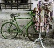 Зеленый винтажный велосипед Стоковое Фото