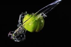 Зеленый выплеск яблока и воды Стоковые Изображения