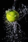 Зеленый выплеск яблока и воды Стоковое Изображение RF
