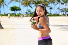 Зеленый вытрезвитель очищает vegetable женщину спорта smoothie Стоковая Фотография