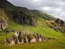 Зеленый горный склон под облачным небом Стоковые Фотографии RF
