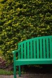 Зеленый деревянный стул в саде Стоковое фото RF