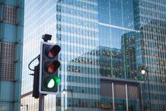 Зеленый, желтый и красный светофор в городе Лондона Стоковое фото RF