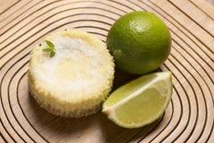зеленый лимон кислый и мята на деревянной предпосылке Стоковая Фотография