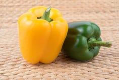 Зеленый и желтый перец Стоковые Изображения
