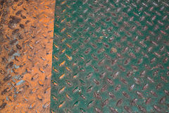 Зеленый и оранжевый пол металла диаманта, абстрактное промышленное backgr Стоковая Фотография RF