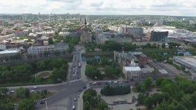 Зеленый и чисто город с рекой сток-видео