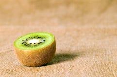 Зеленый киви плодоовощ на коричневой предпосылке Стоковое Изображение RF