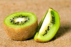 Зеленый киви плодоовощ на коричневой предпосылке Стоковое Изображение