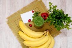 Зеленый коктеиль петрушки и овощей smoothies Стоковое фото RF