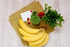 Зеленый коктеиль петрушки и овощей smoothies Стоковые Фото