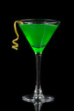 Зеленый коктеиль с absinth в стекле Мартини на ноча хеллоуина Стоковые Изображения