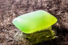 Зеленый кусок мыла на древесине Стоковые Фотографии RF