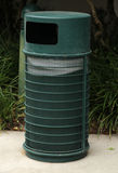 Зеленый мусорный ящик снаружи Стоковые Фотографии RF