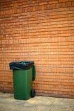 Зеленый мусорный ящик с полиэтиленовым пакетом стоковое изображение rf