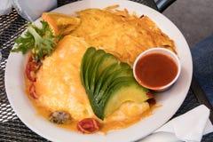 Зеленый омлет авокадоа сыра chili с картошками картофельной оладь Стоковая Фотография RF