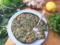 Зеленый омлет с крапивами, имбирем и cilantro Стоковое Изображение