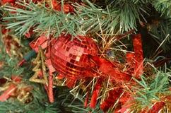 Зеленый орнамент шарика rd рождественской елки Стоковые Изображения