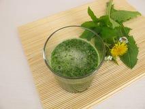 Зеленый одичалый smoothie трав Стоковые Фото