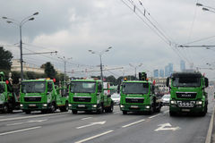 Зеленый парад Москвы автомобилей вначале перехода города Стоковое Изображение