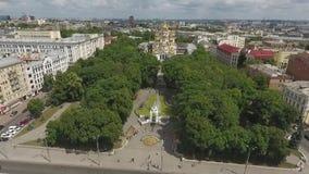 Зеленый парк в центре города сток-видео