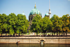 Зеленый парк и известные структуры Берлина - Dom башни и берлинца телевидения Стоковое Фото