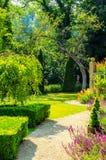 Зеленый парк, свеже отрезанная вегетация, хорошо поддерживаемый парк, walkin Стоковые Изображения