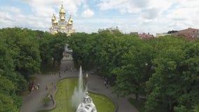 Зеленый парк с фонтаном сток-видео