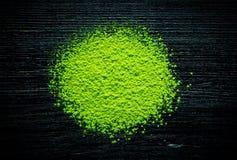 Зеленый порошок чая matcha на черной предпосылке стоковая фотография rf